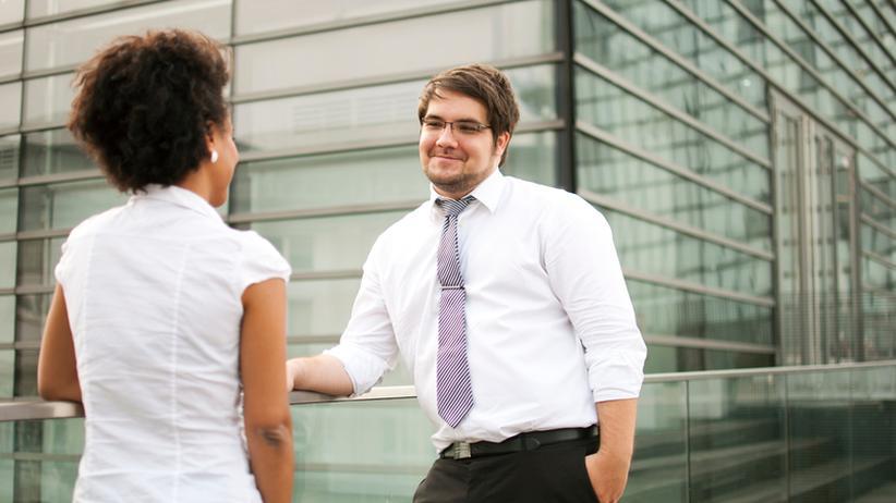 Mitarbeiter im Gespräch: Lob und ehrliches Feedback sind wichtig, auch für Führungskräfte.
