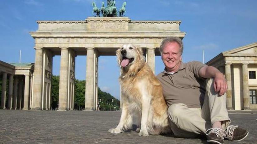 Wirbt für mehr Hunde am Arbeitsplatz: Der Berliner Hundetrainer Markus Beyer mit seinen Hund Chester vor dem Brandenburger Tor.