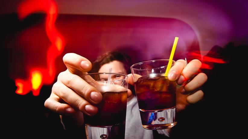 Ein Alkohol-Sturz bei einer Tagung kann als Arbeitsunfall gelten.
