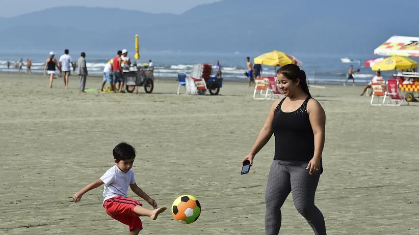 Eine Mutter mit ihrem Kind am Strand von São Paulo.