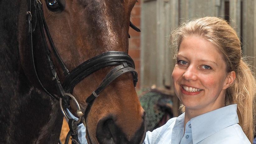 Hat die PR-Karriere gegen den Stall eingetauscht: Caro Knorr mit ihrem Pferd Bentley auf ihrem Reiterhof in Gütersloh