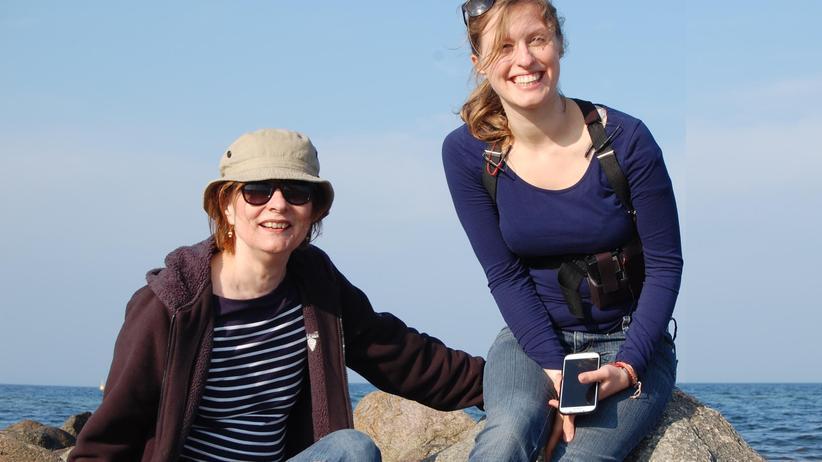 Mutter und Erfinderin Anna (l.) und Tochter Dindia Gutmann, die auf diesem Bild die unauffällige Gehhilfe im Rucksack trägt.