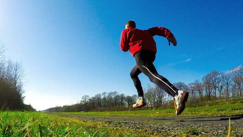 Geht es den Arbeitgeber an, ob jemand Sport treibt? Immer mehr Firmen versprechen ihren sportlichen Mitarbeitern Vorteile beim betrieblichen Gesundheitsmanagement, wenn sie freiwillig ihre Gesundheitsdaten tracken lassen.