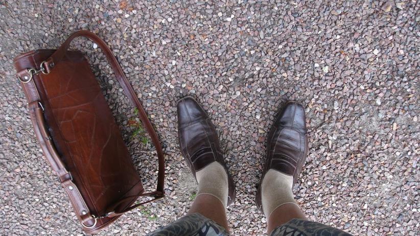 Hitze im Büro: Kurze Hosen gelten bei Männern auch bei heißen Temperaturen in vielen Branchen immer noch als unangemessene Kleidung.