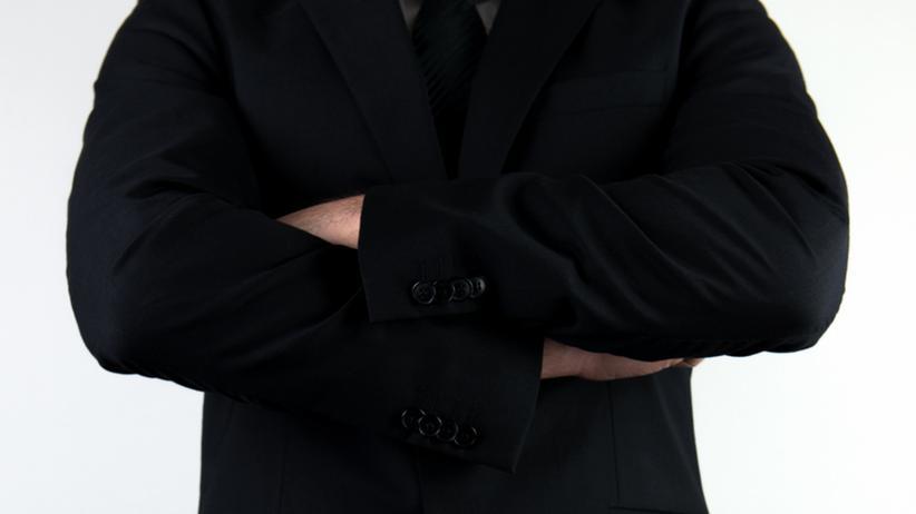 Auch dominante Führungskräfte sollten mit Macht- und Unterwerfungsgesten gegenüber ihren Mitarbeitern vorsichtig sein, sagt die Beraterin Marina Frieß.