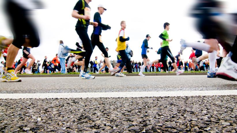 Studien zeigen, dass Marathonläufer ein höheres Einkommen haben als Menschen, die keinen Laufsport treiben.