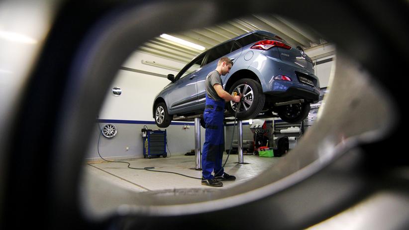 Marcel Böhme arbeitet neun Jahre nach seinem Realschulabschluss als stellvertretender KFZ-Meister in einem Autohaus in seiner Heimatstadt in Sachsen.