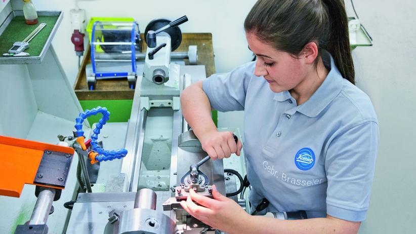 Die angehende Industriemechanikerin Christina Reil Miralles an ihrem Arbeitsplatz: Über ein Praktikum fand sie Interesse an einem technischen Beruf – und ihren Ausbildungsplatz.