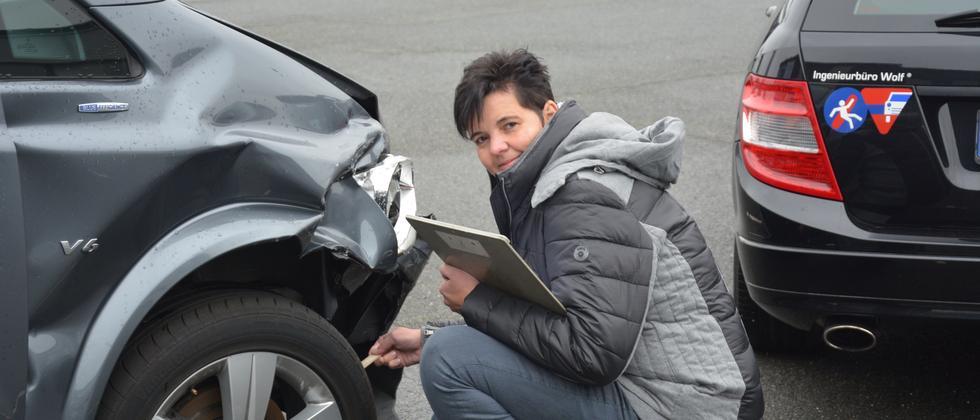 Die Kfz-Sachverständige Susanne Wolf bei der Schadensaufnahme. Sie ist eine der wenigen Frauen in diesem Beruf.