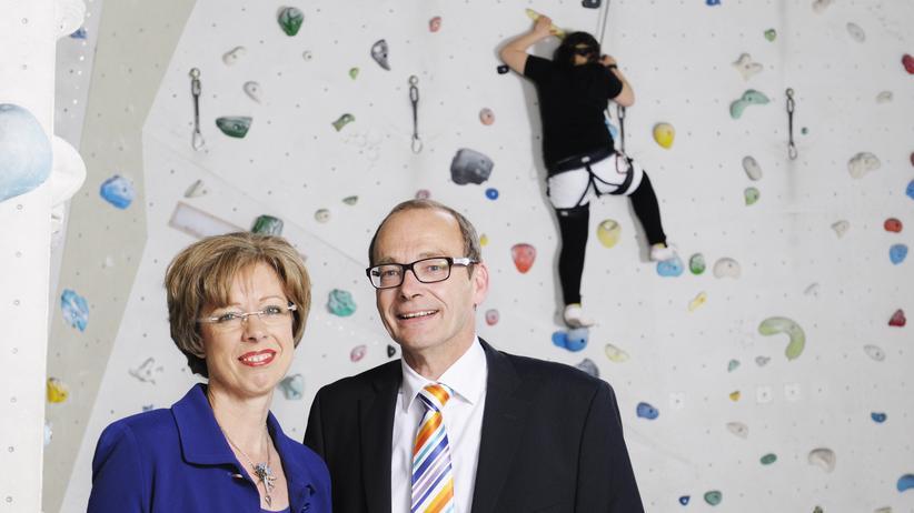 Die Stifter Brigitte Ott-Göbel und Volker Göbel beim Kletterprojekt des Schülercafés Alberta: Die Ott-Göbel-Jugend-Stiftung unterstützt Bildungs- und Gesundheitsprojekte für Kinder und Jugendliche.