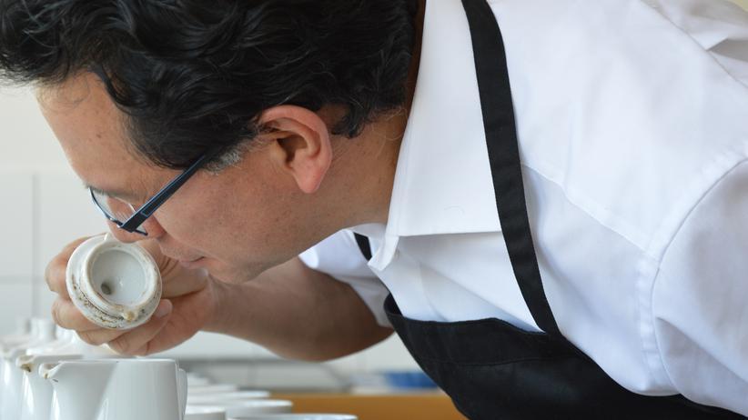 Kaffeetester Josue Ruiz untersucht eine Röstung.