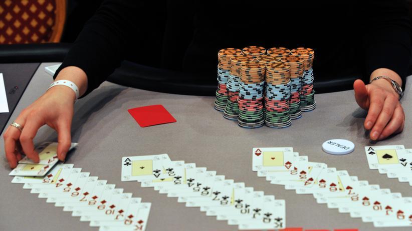 Poker-Dealer: Wer Poker-Dealer werden will, muss gut mit den Spielkarten umgehen können (Archivbild).