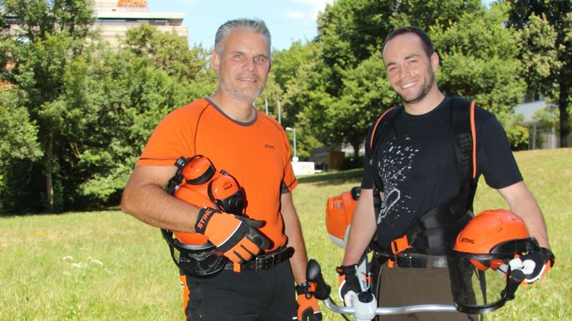 Versuchsingenieur: Die Versuchsingenieure Michael Hocquel (l.) und Simon Haug im Feldversuch mit dem Freischneider.