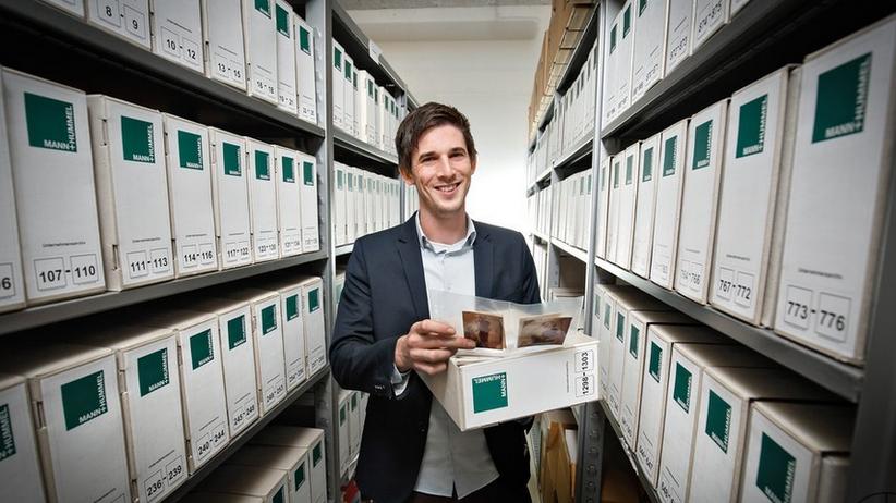 Der Firmenhistoriker Roman Krüger sichtet im Archiv der Firma Mann + Hummel alte Unterlagen.