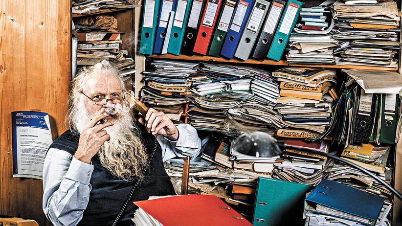 Helmuth Ilgerl: Aus dem geschniegelten Angestellten Helmuth Ilgerl ist mit den Jahren der Versicherungs-Hippie Ike geworden. Hier in seinem Büro in Graz