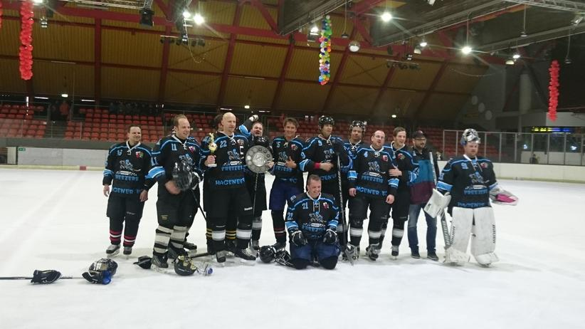 Pascal Hofmann (Nummer 15) im März 2015, als er mit Unna EHHL (Eishockey Hobby Liga 3. Division) Meister wurde und in die 2 Division aufgestiegen ist.