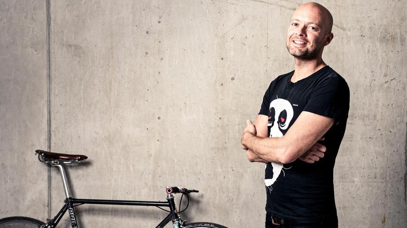 Der Unternehmer Andreas Stückl hat in seiner Firma die Vier-Tage-Woche eingeführt: Alle Beschäftigten arbeiten in Vollzeit neun Stunden am Tag, haben aber drei Tage Wochenende.