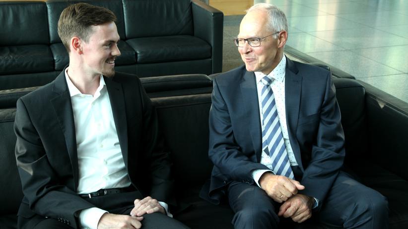 Toni Gräbner und Theodor Mayer im Gespräch über Generationsunterschiede.