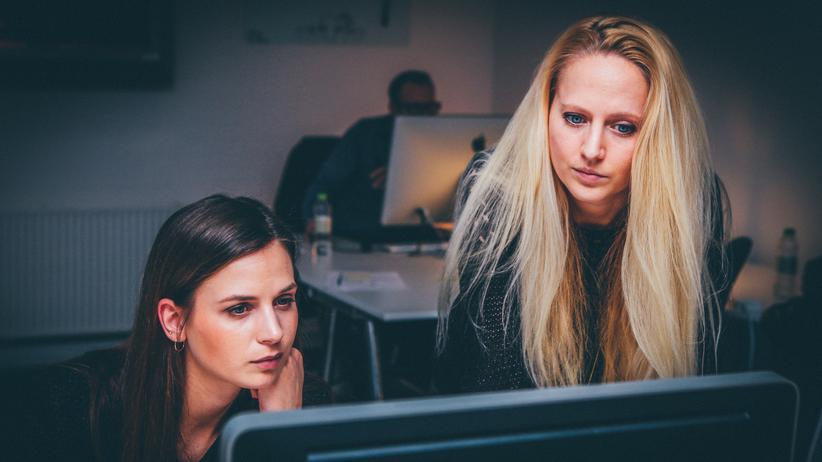Im Schnitt arbeiten Beschäftigte hierzulande gut fünf Stunden mehr als vertraglich vereinbart, zeigt eine neue Studie.