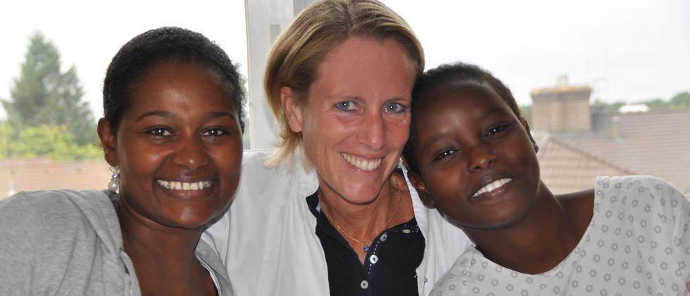 Cornelia Strunz mit ihren ersten beiden Patientinnen Inab (rechts) aus Djibouti und Senait (links) aus Äthiopien