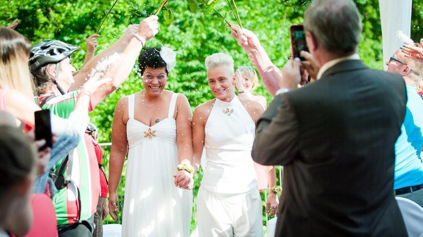 Ehe: Bei ihrer Hochzeit im Sommer 2016: Tatjana und Maria Feuerer haben sich von einer freien Theologin trauen lassen.
