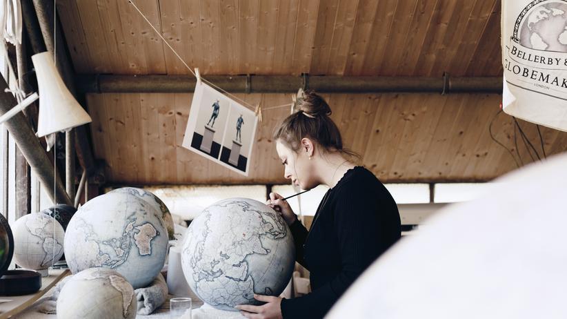 Sie hat es geschafft: Die Fotografin und Schreinerin Samantha Clinch arbeitet fest im Team des Globusherstellers Bellerby.