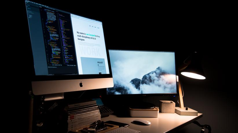Arbeitsplatz: Ein Fenster muss der Arbeitsplatz nicht haben – wohl aber eine bestimmte Mindestbeleuchtung und Mindestgröße.