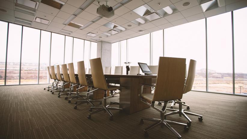 Arbeitsplatz: Die Arbeitsbedingungen zwischen Führungskräften und normalen Mitarbeitern unterscheiden sich auch in Zeiten von flachen Hierarchien deutlich.
