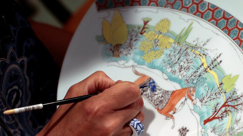 Manufakturporzellanmaler: Manufakturporzellanmaler schaffen Kunswerke ohne zittrige Hände.