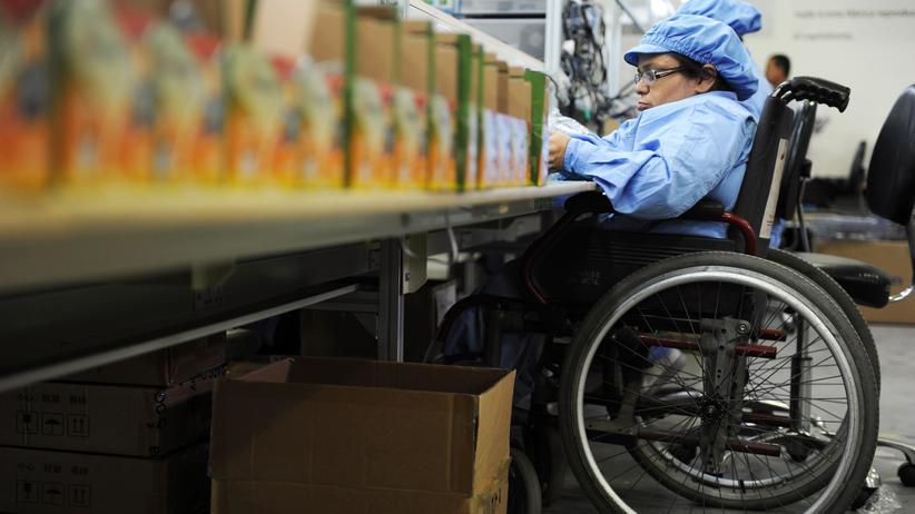 Menschen mit Behinderung: Menschen mit körperlicher Behinderung erledigen oft einfache Arbeiten, obwohl sie viel mehr können.