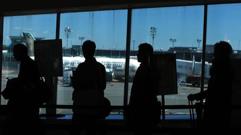 Business-Reisende an einem Flughafen