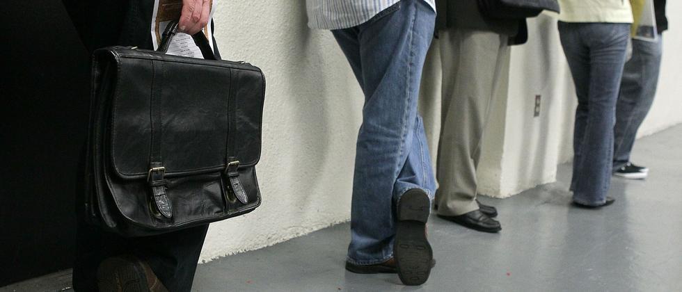 Bewerber warten auf ein Jobinterview: Den Lebenslauf zu schönen, kann Konsequenzen haben
