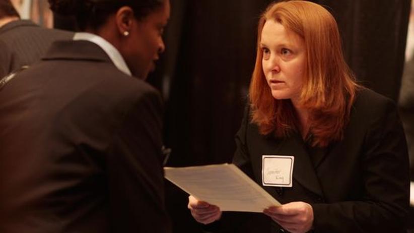 Bewerberin mit ihren Unterlagen bei einer Recruitingveranstaltung