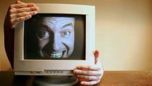 Mann guckt durch einen Bildschirm