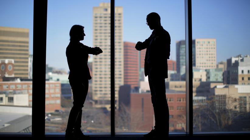 Berufliche Laufbahn: Gutes Benehmen, Sprachkenntnisse und Auslandserfahrungen: Wer hervorragende Soft Skills hat, überzeugt im Vorstellungsgespräch eher, wenn es fachlich gleich qualifizierte Bewerber gibt.