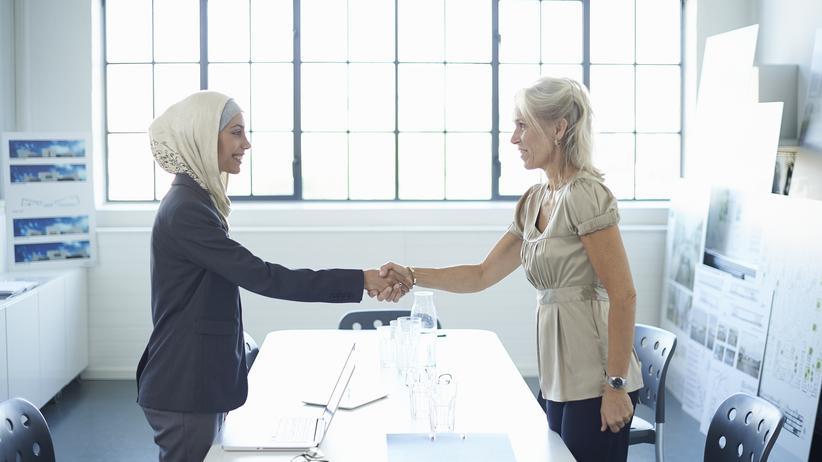 Anonymisierte Bewerbung: Frauen mit Kopftuch müssen mehr als vier mal so viele Bewerbungen schreiben, um zum Vorstellungsgespräch eingeladen zu werden.