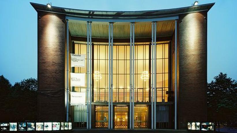 Theatersaison 2009/2010: Das Schauspielhaus an der Bochumer Königsallee ist ein Mittelpunkt der Stadt. Auf dem Platz davor feiert der Bochumer gern Silvester und wenn der Intendant sich in der Kantine prügelt, ist das tagelang Stadtgespräch.