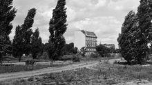 Der Potsdamer Platz 1992: eine Brache und einsam das Weinhaus Huth