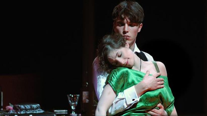 Young Vic Theatre in London: Fritz (Tom Hughes) wird der jungen Christine (Kate Burdette) das Herz brechen – doch davon ahnt sie noch nichts