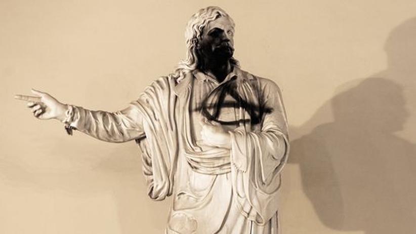 Kultur in Griechenland: Auch wenn sein Konterfei heute die griechische 10-Cent-Münze schmückt, das Standbild stellvertretend für ein korruptes System zu beschmutzen ist nicht angemessen. Immerhin starb der  griechische Dichter und Revolutionär Rigas Fereos 1798 für seine Ideale von Freiheit und Demokratie
