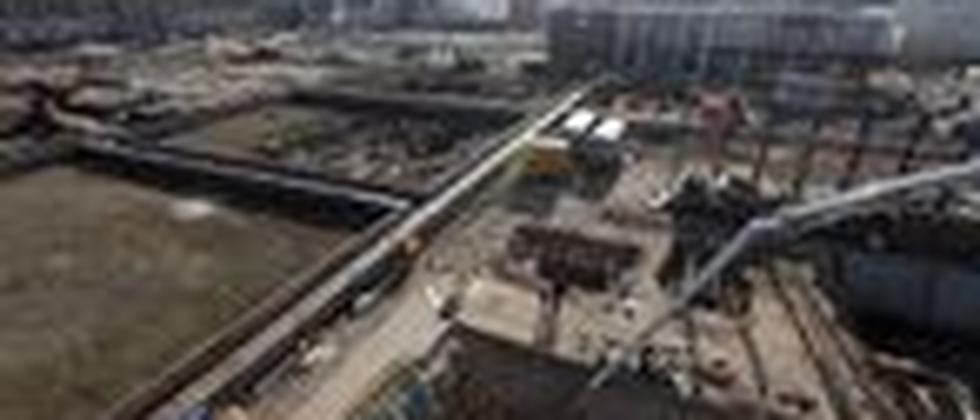 Bauarbeiter betonieren das Fundament der Rekonstruktion des Berliner Schlosses