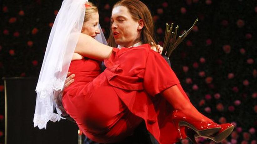 """Die Schauspieler Doerte Lyssewski (l.) und Simon Kirsch auf der Bühne, während einer Kostumprobe für das Stück """"Was ihr wollt"""" von William Shakespeare"""
