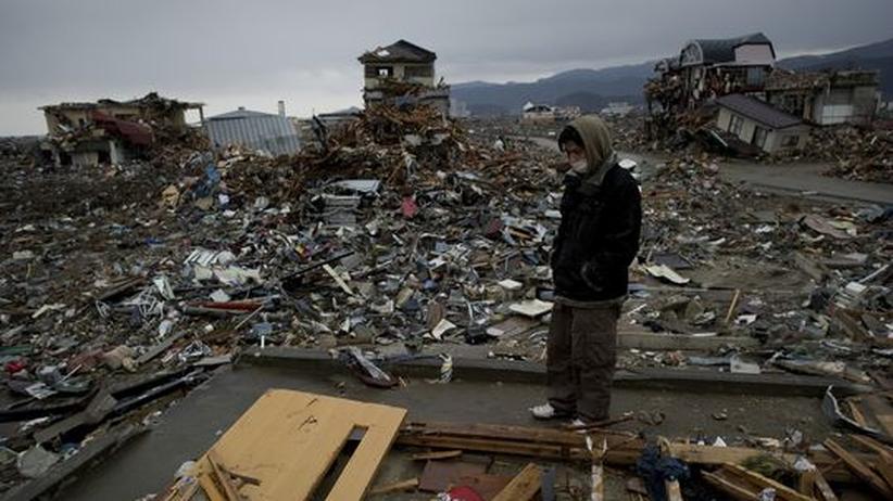 Japan: Ein junger Japaner in der Wüste der Zerstörung, die einmal die Stadt Rikuzentakata war