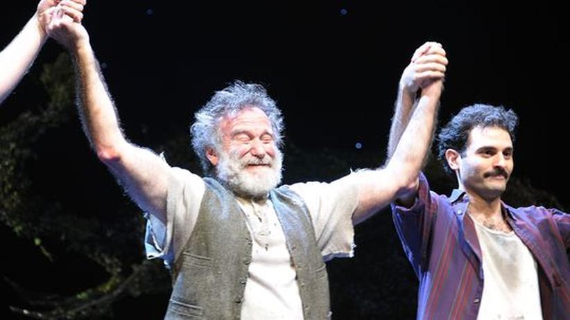 """""""Bengal Tiger at the Bagdad Zoo"""": Robin Williams (li.) und Arian Moayed nehmen den Applaus entgegen nach der Uraufführung von """"Bengal Tiger At The Baghdad Zoo"""" im Richard Rodgers Theatre in New York."""