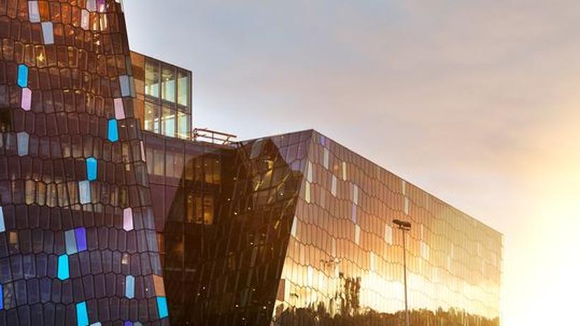 Konzerthaus Reykjavik: Die Glasfassade des neuen Konzerthauses Harpa im Hafen der isländischen Hauptstadt Reykjavik