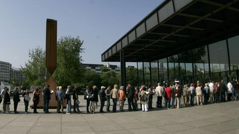 Besucher vor der Neuen Nationalgalerie in Berlin (Archivbild)