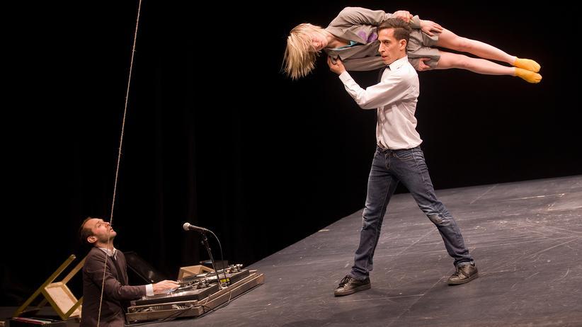 Theater: Verschwenderische Bühnenpoesie aus Alltag und Akrobatik