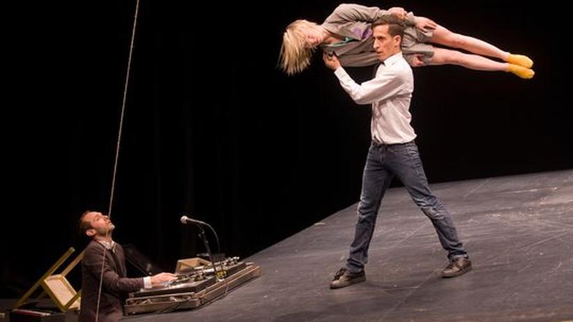 Theater: Die Blicke flirren,  der Geist fliegt