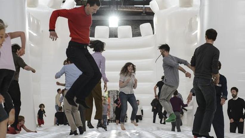 """Festivals: William Forsythes und Dana Caspersen monumentale Installation """"White Bouncy Castle"""" eröffnete das Berliner Festival """"Foreign Affairs""""."""