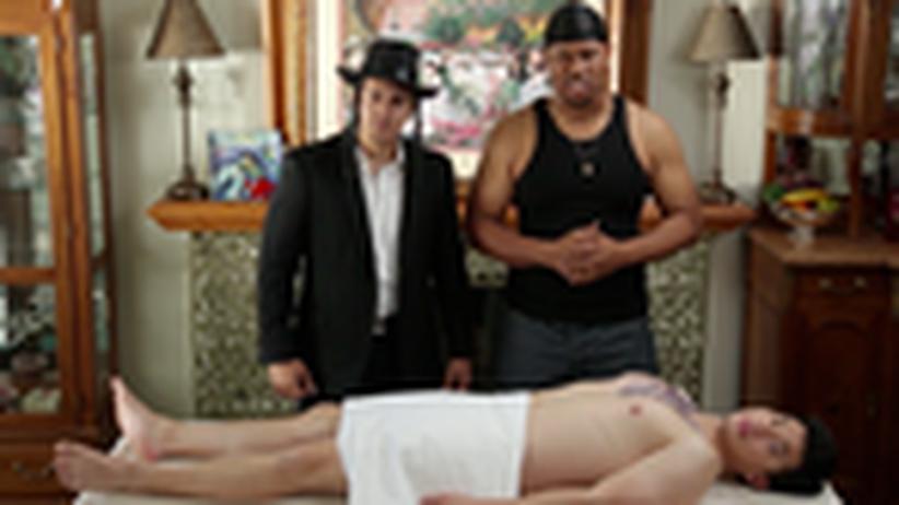 """Ausstellung zur Beschneidung: Beschneidung als Gangsta-Ritual. Der amerikanische Film """"Bubala Please"""" (2013) ironisiert das Heilige. Einer will in die Gang aufgenommen werden und muss dafür seine Vorhaut opfern."""